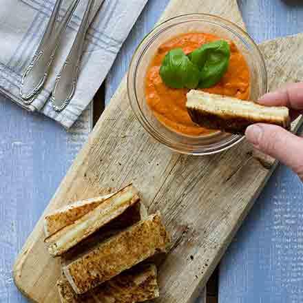 Sandwiches grigliati con Formaggetta e salsa ai peperoni