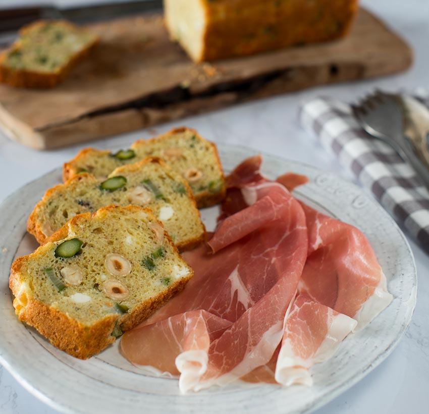 Cake salato con asparagi, nocciole e Sarazzu