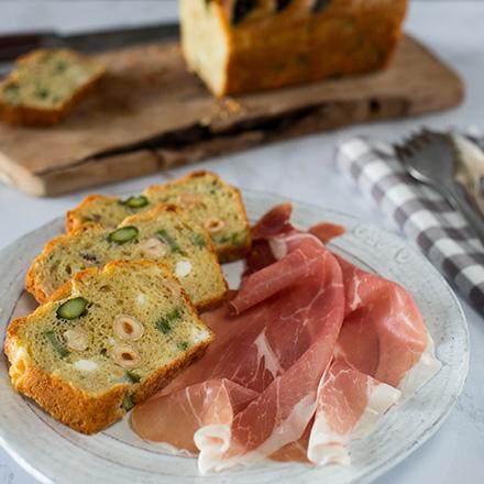Cake salato con asparagi, nocciole e Sarazzu piccola