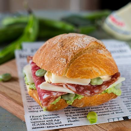 Sandwich con salame, Morbidezza e patè di fave